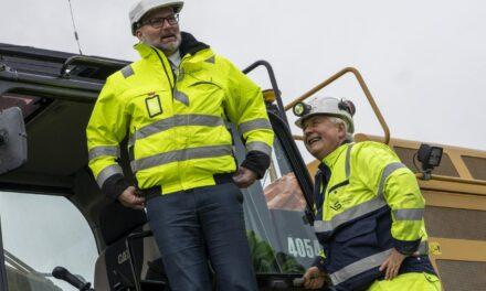 Odd Bjarne hjalp Jarle med gravemaskinen: – Tror han skal få være ordfører en stund til – Karmøynytt