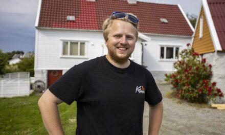 Da Håkon (26) fra Vea startet utsalg fra garasjen, tok det helt av. Nå har han kjøpt et småbruk for å få plass til den voksende bedriften – Karmøynytt